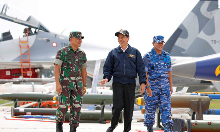Indonesia's President Joko Widodo (C) along with Military Chief Gatot Nurmantyo (L) and Air Force Commander Agus Supriatna walk past fighter jets and weapons during a military exercise on Natuna Island, Riau Islands province, Indonesia on Oct. 6, 2016. (Beawiharta/Reuters)