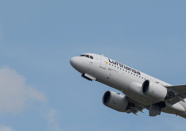 A Lufthansa Airbus A320 takes off at the aircraft builder's headquarters in Colomiers near Toulouse, France, September 27, 2019. (Regis Duvignau/Reuters)
