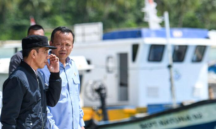 Indonesia's President Joko Widodo talks to Indonesia's Maritime Affairs and Fisheries Minister Edhy Prabowo during a visit in Natuna, Riau Islands, Indonesia, on Jan. 8, 2020. (Antara Foto/M Risyal Hidayat/via Reuters)