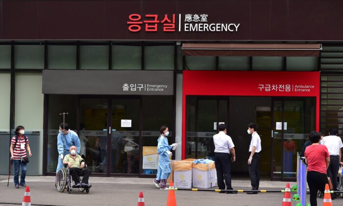 South Korean hospital workers wear face masks in front of the emergency section of the Samsung Medical Center in Seoul on June 8, 2015. (Jung Yeon-je/AFP via Getty Images)