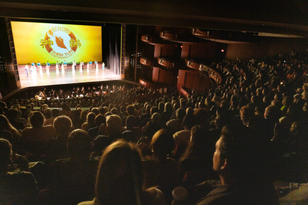 Shen-Yun-shenyun-audience-2020-01-11-52-20200111-Atlanta-curtain pic3
