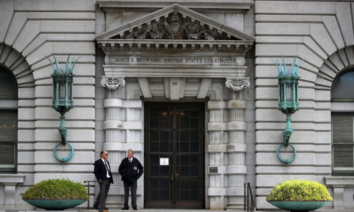 Security guards stand in front of the Ninth U.S. Circuit Court of Appeals in San Francisco, Calif., on June 12, 2017. (Justin Sullivan/Getty Images)