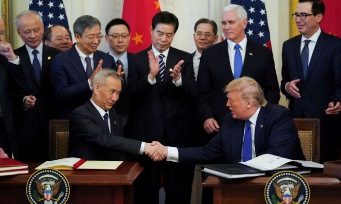 """Chinese Vice Premier Liu He and U.S. President Donald Trump shake hands after signing """"phase one"""" of the U.S.–China trade agreement during a ceremony in the East Room of the White House on Jan. 15, 2020. (Kevin Lamarque/Reuters)"""
