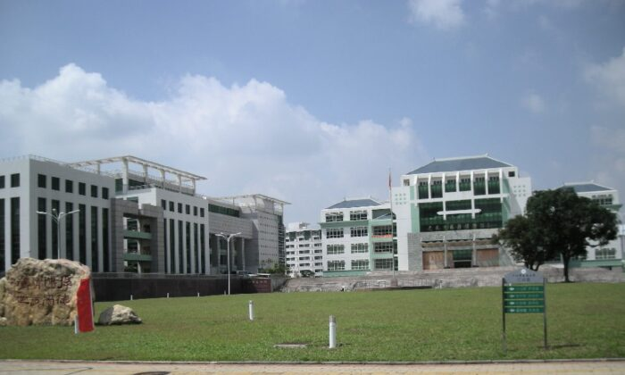 Campus of a Chinese university. November 2007. (Zhangzhugang/Wikimedia Commons[CC BY-SA 3.0 (ept.ms/2Bw5evC)])