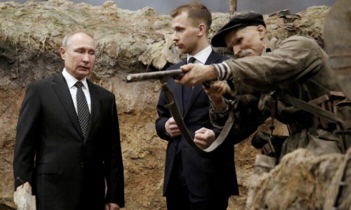 Russian President Vladimir Putin visits a 3D panorama 'Memory speaks. The road through the war' in St. Petersburg, Russia, on Jan.18, 2020. (Dmitri Lovetsky/Pool via Reuters)