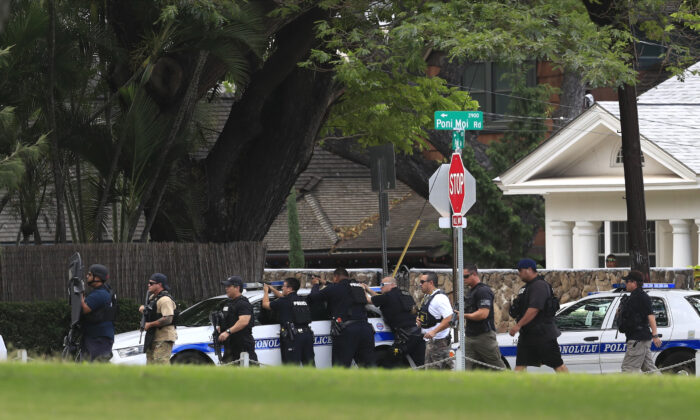 Honolulu police take up defensive positions with their weapons after a shooting and domestic incident at a residence on Hibiscus Road near Diamond Head in Honolulu, Hawaii, on Jan. 19, 2020. (Jamm Aquino/Honolulu Star-Advertiser)