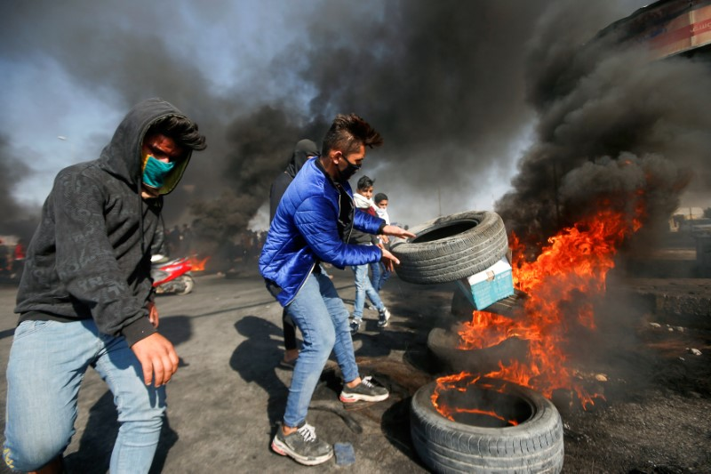 Four Protesters, Two Policemen Killed as Iraq Unrest Resumes