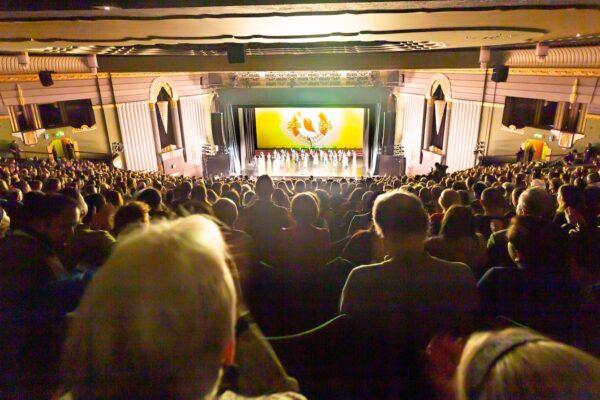 Shen-Yun-audience-81-2020-01-21-730pm-London-CurtainCall_