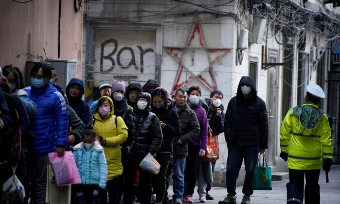 People line up outside a drugstore to buy masks in Shanghai, China on Jan. 24, 2020. (Aly Song/Reuters)