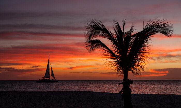 Sailing at sunset. (Courtesy of Aruba Tourism Authority)
