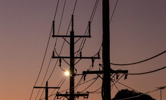 Photo showing transmission lines in Melbourne, Victoria, Australia. (Mitchell Luo/Unsplash)