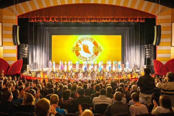 Shen-Yun-shenyun-audience-20200201-730pm-Milwaukee-HuChen-Curtain-shenyun