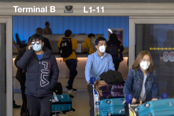 Travelers wearring mask to protect against coronavirus
