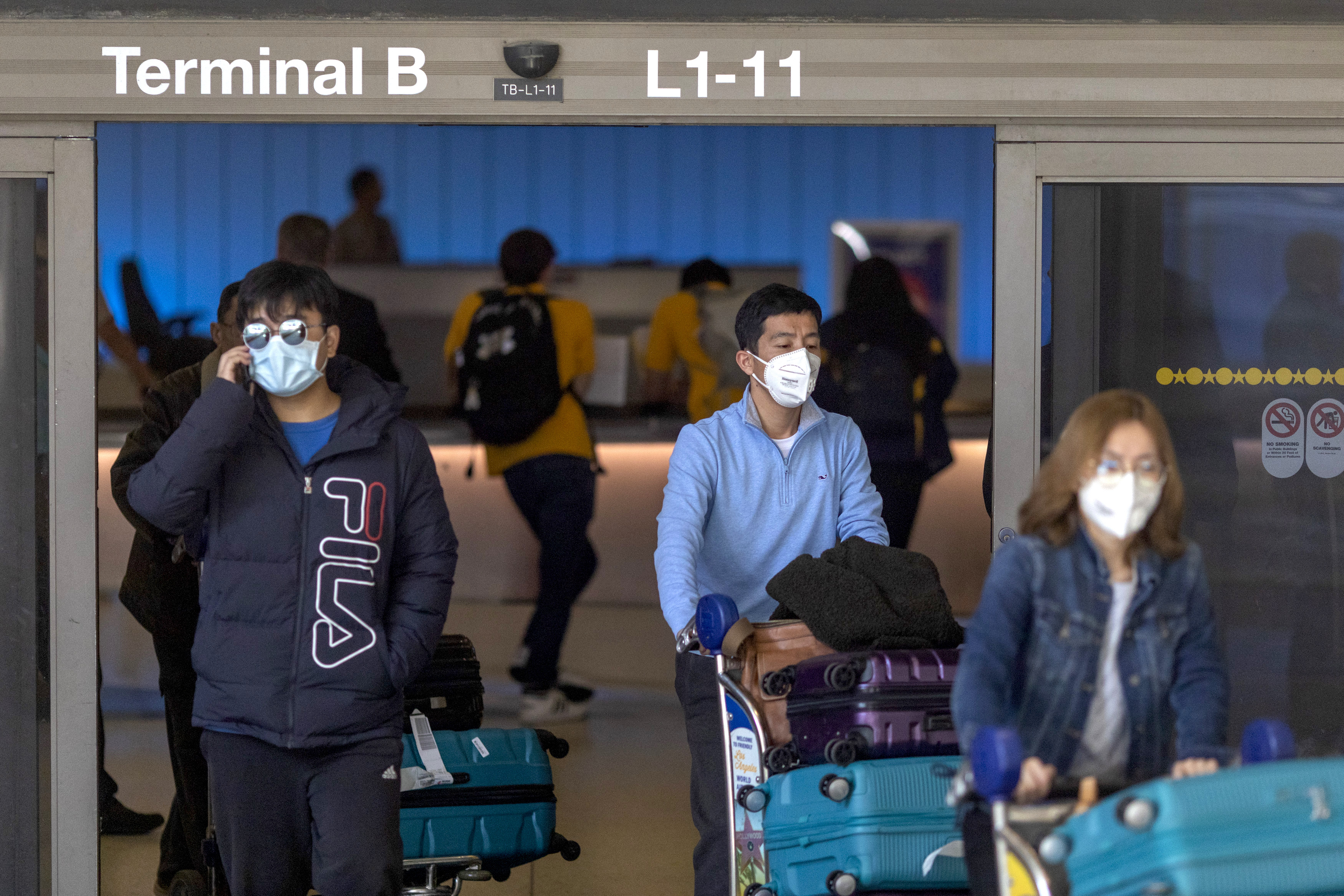 Travelers wearring mask to protect against coronavirus