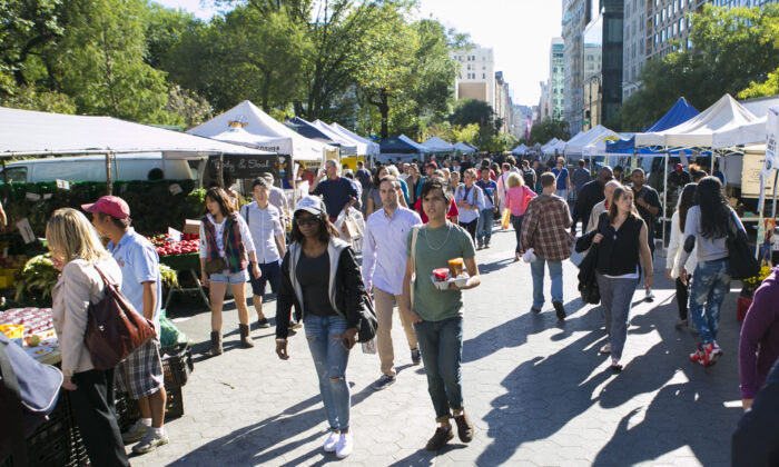 People visit the Union Square farmers market in Manhattan, New York, on Sept. 22, 2014. (Samira Bouaou/The Epoch Times)