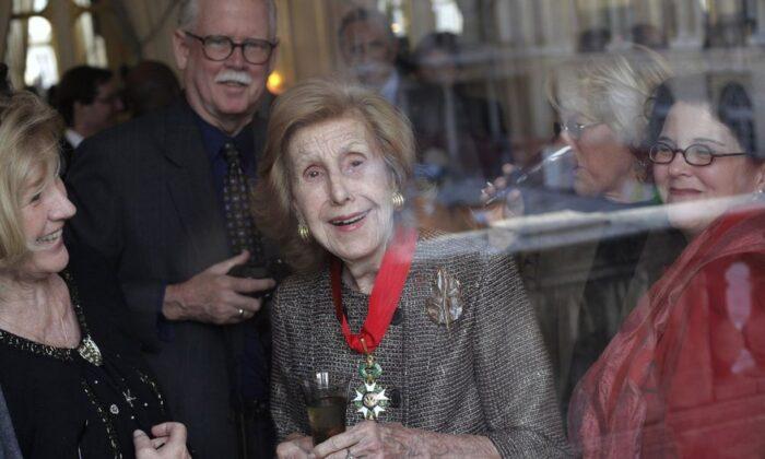 "U.S billionaire media proprietor Anne Cox Chambers (C) smiles after being awarded ""Commandeur de la L'gion d'Honneur"" at the Culture Ministry, in Paris, on Nov. 13, 2009. (Thibault Camus/AP Photo)"