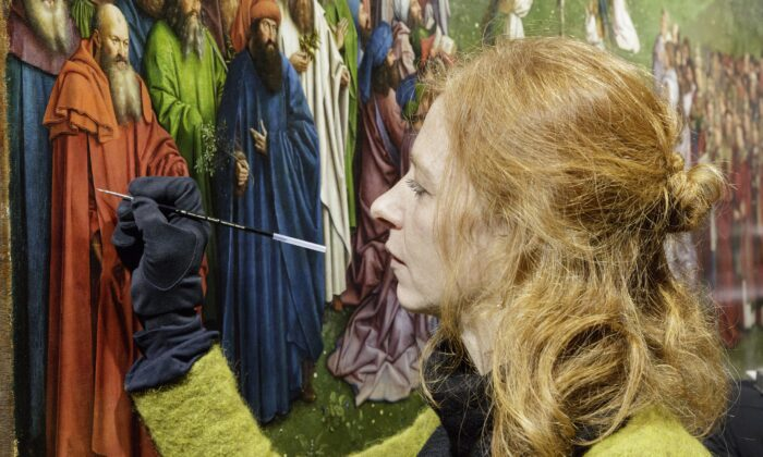 A conservator retouches the painting. (KIK-IRPA/Lukasweb.be-Art in Flanders vzw)