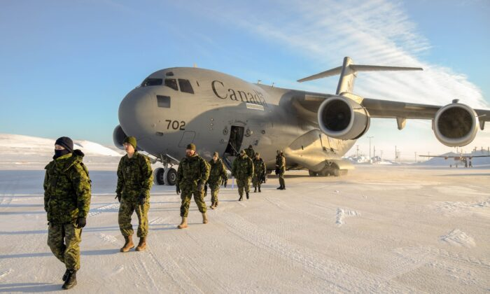 Deployed members of Operation Nunalivut, a Canadian Armed Forces operation to show an Arctic presence, disembark a CC-177 Globemaster aircraft at Resolute Bay airport in Nunavut on March 2, 2018. (Petty Officer Second Class Belinda Groves, Task Force Imagery Technician)