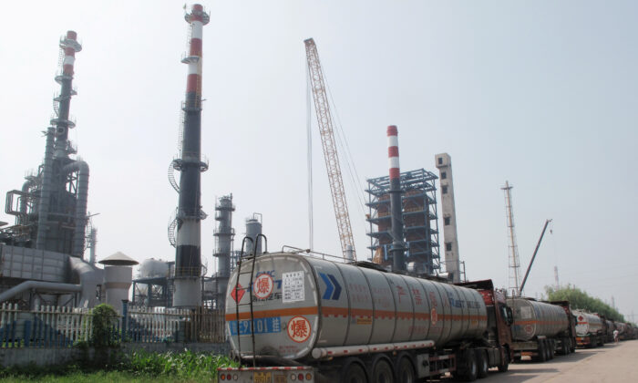 A Shandong Haiyou Petrochemical Group refinery is seen in Ju County, Shandong Province, China on July 25, 2018. (Dominique Patton/Reuters)