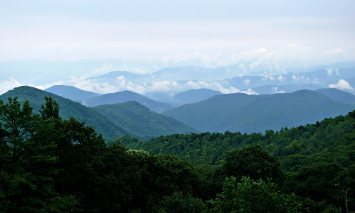 Clouds breaking up after a rainy morning in the Blue Ridge Mountains on July 2, 2007.  KenThomas.us/Wikimedia Commons