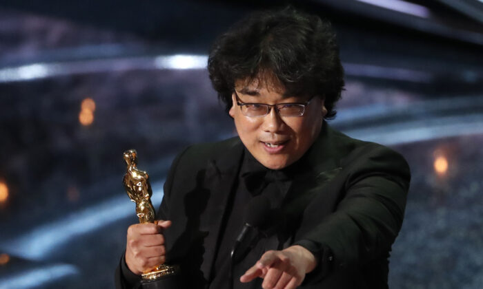 "Director Bong Joon-ho accepts the Oscar for Best Foreign Language Film for ""Parasite"" of South Korea at the 92nd Academy Awards in Hollywood, Los Angeles, Calif., U.S., Feb. 9, 2020. (Mario Anzuoni/Reuters)"