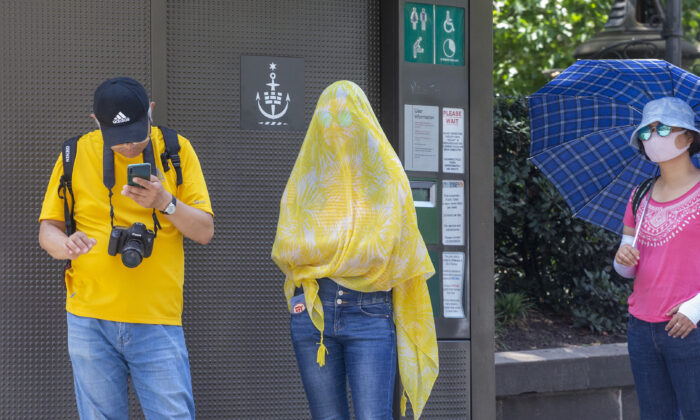 People in Sydney's CBD are seen wearing masks and coverings on Jan. 31, 2020 in Sydney, Australia. (Jenny Evans/Getty Images)