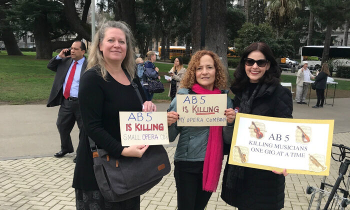 Sylvia Amorino (R) protests California's Ab 5 law, which mandates businesses hire employees instead of contractors. (Courtesy of Sylvia Amorino)