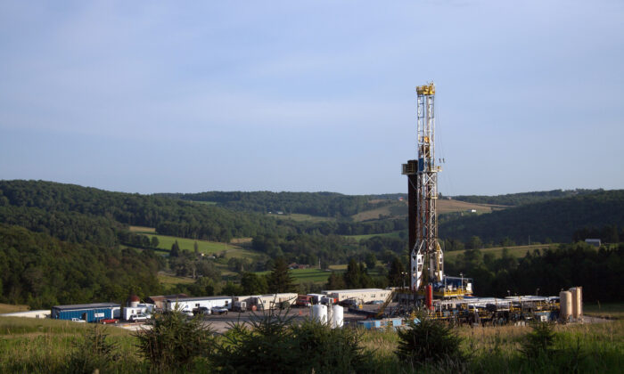 A fracking rig in rural country, Pennsylvania, on July 11, 2013. (James SmithThe /Epoch Times)