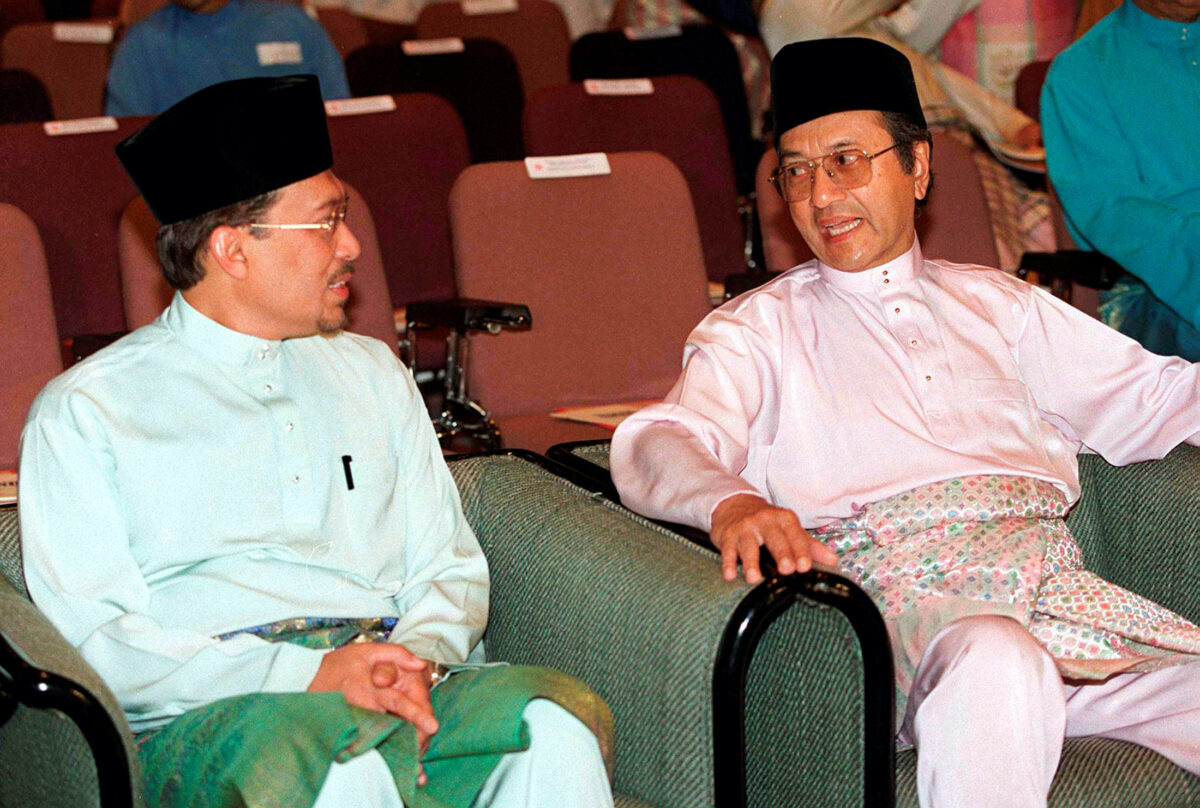 Mahathir Mohamad chats with Anwar Ibrahim