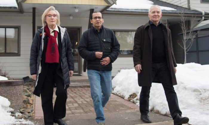 Wet'suwet'en hereditary leader Chief Woos, also known as Frank Alec (C), Minister of Crown-Indigenous Relation, Carolyn Bennett (L), and B.C. Indigenous Relations Minister Scott Fraser arrive to address the media in Smithers, B.C., onMarch 1, 2020. (The Canadian Press/Jonathan Hayward)