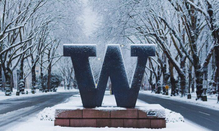 University of Washington's welcome sign under snow. (Illustration/Shutterstock)