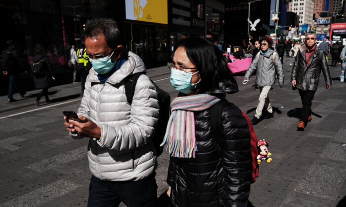 People walk through Manhattan with surgical masks as fears of the coronavirus spreading through the U.S. increase in New York City on March 4, 2020. (Spencer Platt/Getty Images)