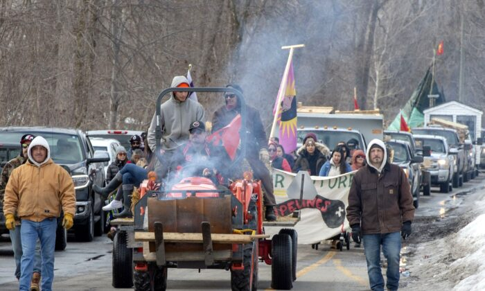 Members of the Mohawk community leave their blockade next to Canadian Pacific Railway tracks on March 5, 2020 in Kahnawake, Que. (The Canadian Press/Ryan Remiorz)