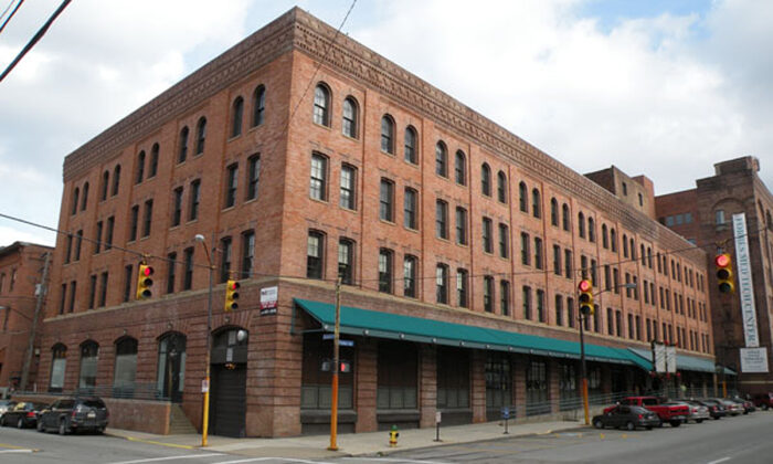 The Kaufmann's Department Store Warehouse located at 1401 Forbes Avenue in the Bluff neighborhood of Pittsburgh, Penn., on Dec. 4, 2009. (Lee Paxton/Wikimedia Commons)