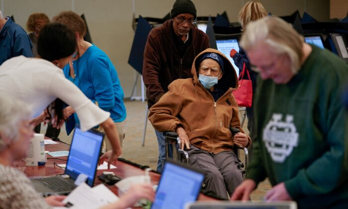 Robert Harrison, 96, arrives to vote while wearing a mask to prevent exposure to novel coronavirus, in Hamilton, Ohio, on March 12, 2020. (Bryan Woolston/Reuters)