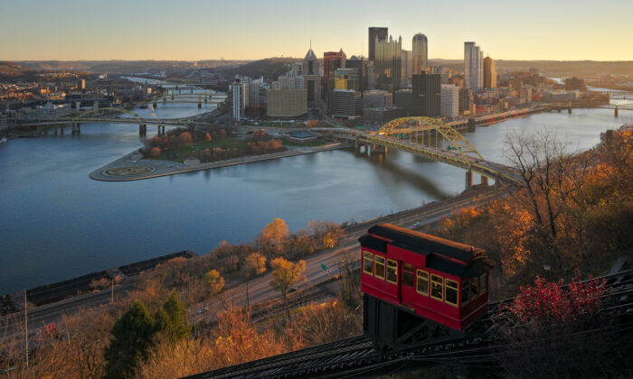 A view of downtown from the observation deck atop the Duquesne Incline in Pittsburgh, Penn., Nov. 20, 2015. (Dllu/Wikimedia Commons)