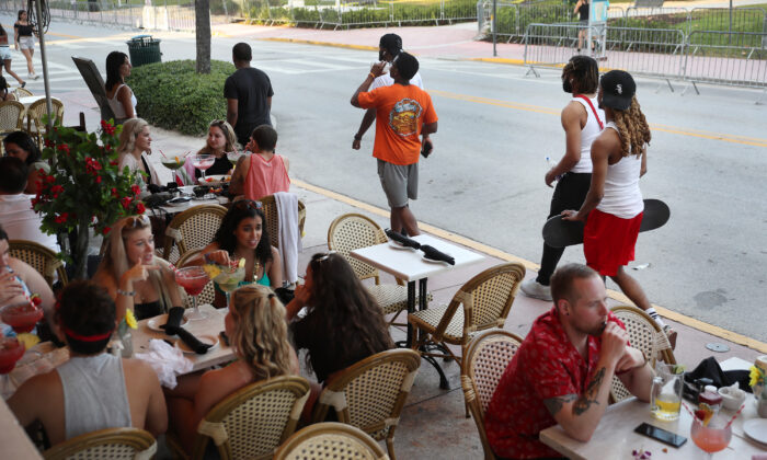 People eat at a restaurant along Ocean Drive in Miami Beach, Fla., on March 17, 2020. (Joe Raedle/Getty Images)
