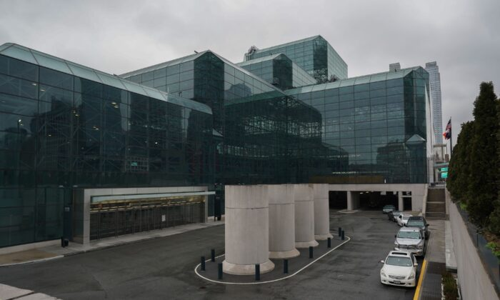 Jacob Javits Center on Manhattan's West Side, which is slated to be converted to a field hospital, after the number of CCP virus cases in New York rose by over 5,000 on March 23, 2020. (Bryan R. Smith/AFP via Getty Images)