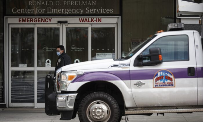 An NYPD officer wearing a protective face mask monitors the outside of the NYU Langone Hospital Emergency room entrance in New York on March 16, 2020.(John Minchillo/AP Photo)