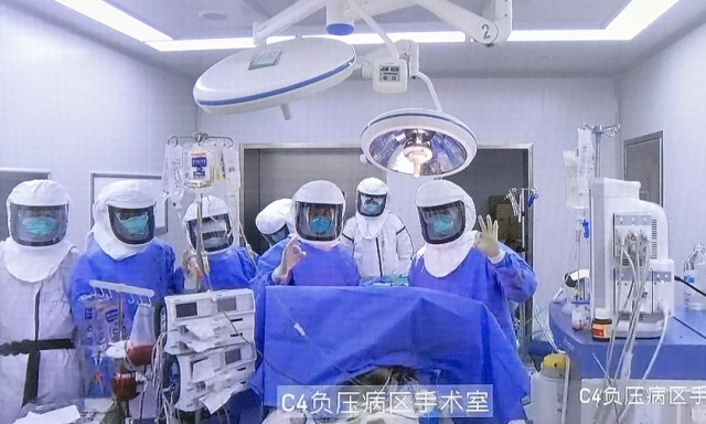 A 69-year-old patient, previously infected with the CCP virus, underwent a lung transplant at Wuxi People's Hospital on Feb. 29. (screen shot of a report by southcn.com)