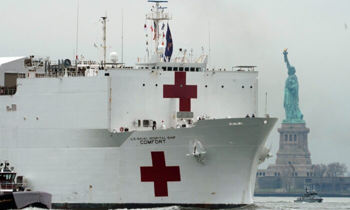 The USNS Comfort medical ship moves up the Hudson River past the Statue of Liberty as it arrives in New York on March 30, 2020. (Bryan R. Smith/AFP via Getty Images)