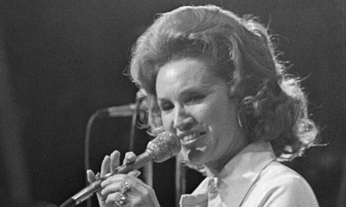 Country music star Jan Howard performs during the Grand Ole Opry's last show at Ryman Auditorium in Nashville, Tenn., on March 18, 1974. (John Duricka/AP Photo)