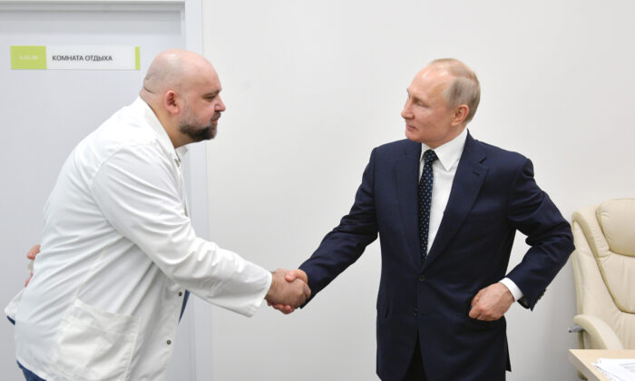 Russian President Vladimir Putin (R) shakes hands with the hospital's chief Denis Protsenko during his visit to the hospital for CCP virus patients in Kommunarka settlement, outside Moscow, Russia, on March 24, 2020. (Alexei Druzhinin, Sputnik, Kremlin Pool Photo via AP)