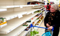 Teens See Elderly Shopper in Supermarket With Empty Shelves, So They Decide to Take Action