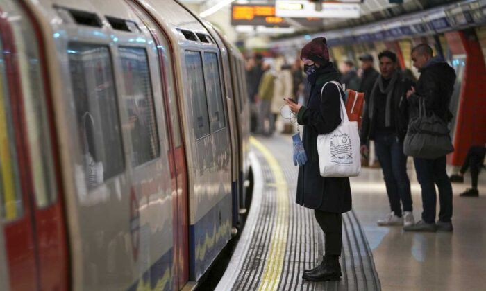 Passenger on the London Underground wears a surgical mask during the CCP virus pandemic in London, England, on March 12, 2020. (Ming Yeung/Getty Images)