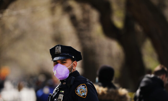 A police officer stands outside of  Mount Sinai Hospital amid the CCP virus pandemic in New York City on April 1, 2020. (Spencer Platt/Getty Images)