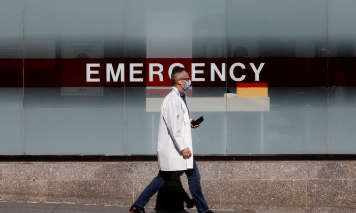 A doctor wears a mask as he walks outside Mount Sinai Hospital in Manhattan during the outbreak of the CCP virus in New York City, New York on April 1, 2020. (Brendan Mcdermid/Reuters)