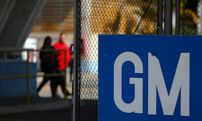 The GM logo at a General Motors factory in a file photo. (Roosevelt Cassio/Reuters)