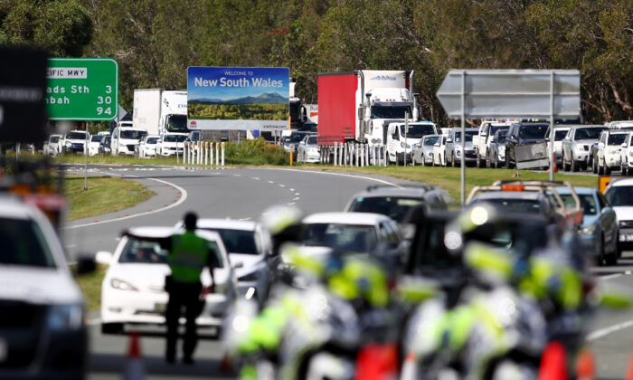 Queensland Police stop vehicles at a police checkpoint set up at the Queensland and New South Wales border near the Gold Coast on March 26, 2020. (Chris Hyde/Getty Images)