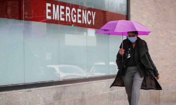 A healthcare worker arrives at Mount Sinai Hospital during the CCP virus outbreak, in New York City on April 3, 2020. (Brendan McDermid/Reuters)